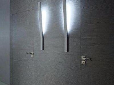 zabudowa ściany ze zlicowanymi drzwiami