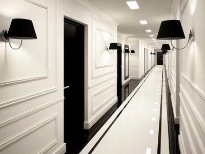 Wystrój sztukaterią z drzwiami na wysoki połysk